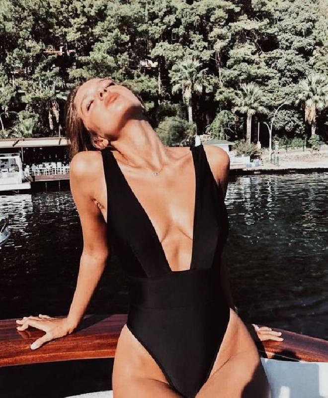 un maillot de bain sexy noir une pièce